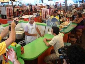 Cena de 'O Poder da Maniva'. No filme, um turista nordestino passa mal e se joga na Baía do Guajará depois de comer maniçoba mal cozida no Ver-o-Peso.