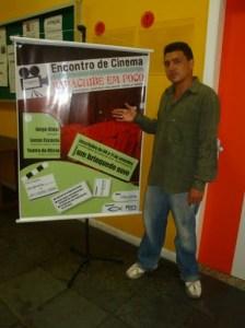 Ramon pousando junto ao banner do encontro.